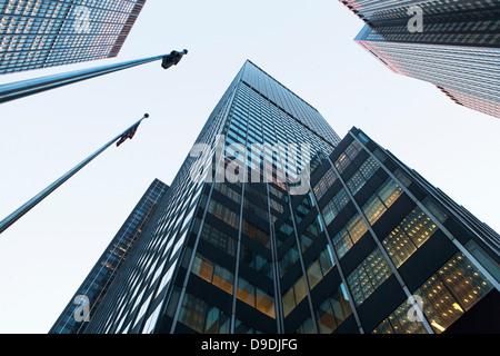 Blick auf die Wolkenkratzer von unten - Stockfoto