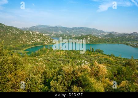 Blick in Richtung der The Bacina Seen in Dalmatien, Kroatien in einem sonnigen Tag. - Stockfoto