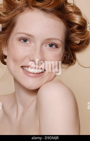 Junge Frau mit lockigen roten Haaren, Porträt - Stockfoto