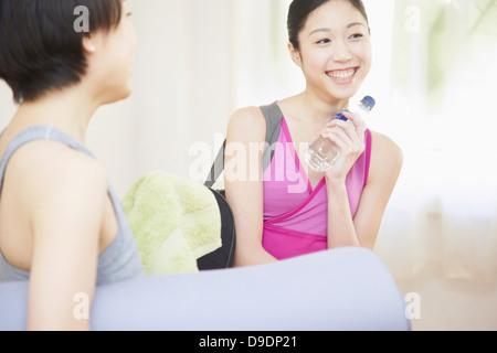 Frauen reden im Fitness-Studio - Stockfoto