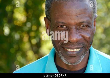 Glücklicher reifer Mann sucht entspannt - Nähe Porträt - Stockfoto