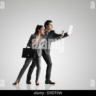 Business-paar mit Handy und digitale Tablett - Stockfoto