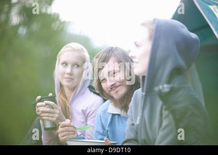 Porträt der jungen Gruppe von Menschen vor Zelt - Stockfoto