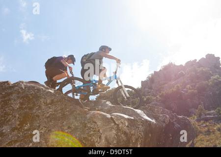 Junges Paar mit dem Mountainbike auf Felsen - Stockfoto