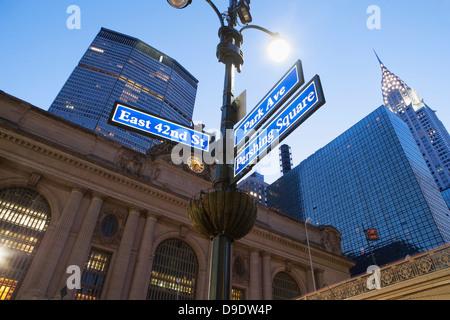 Straßenschilder außerhalb Grand Central Station in der Abenddämmerung, New York City, USA - Stockfoto
