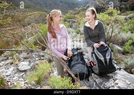 Porträt von zwei junge weibliche Wanderer mit Rucksäcken - Stockfoto