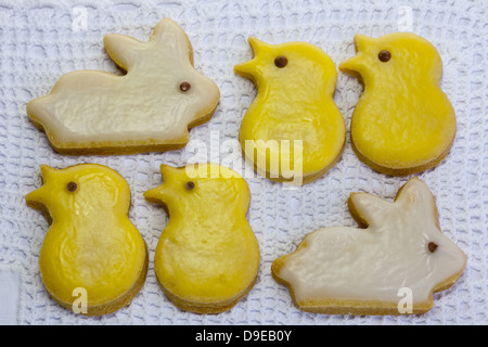 Traditionelle Ostern Häschen und Küken Butterkekse auf Spitze Serviette Hintergrund. - Stockfoto