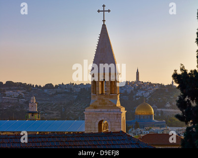 Blick über die Dächer auf die Haube des Felsens, Jerusalem, Israel - Stockfoto