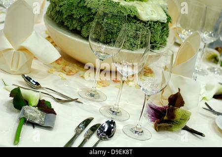 Einladend gedeckten tisch im speisesaal stockfoto bild for Besteck tisch