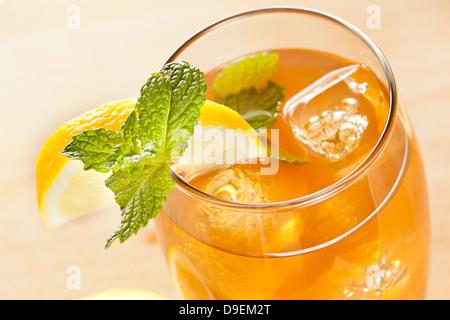 Erfrischender Eistee mit Zitrone vor dem Hintergrund - Stockfoto