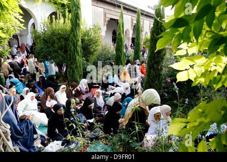 Muslime in die große Moschee von Paris auf Eid al-Fitr Festival, Paris, Frankreich - Stockfoto