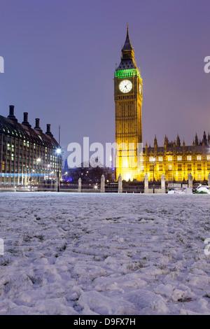 Houses of Parliament und Big Ben im Schnee, Parliament Square, Westminster, London, England, UK - Stockfoto