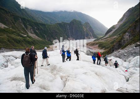 Touristen zu Fuß am Fox-Gletscher, Westland National Park, UNESCO-Weltkulturerbe, Südinsel, Neuseeland - Stockfoto