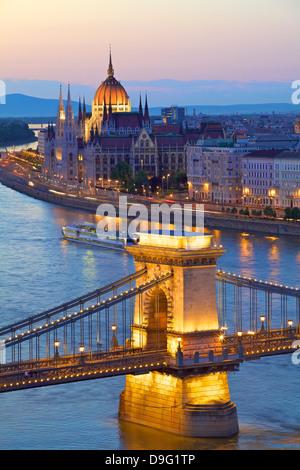 Chain Bridge, Donau und ungarische Parlament bei Dämmerung, UNESCO-Weltkulturerbe, Budapest, Ungarn - Stockfoto