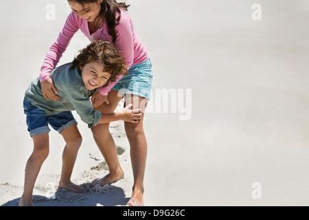 Kinder spielen am Strand - Stockfoto
