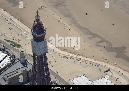 Luftbild der Blackpool Tower mit Strand im Hintergrund - Stockfoto