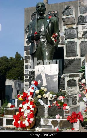 Buenos Aires. Grab von Carlos Gardel voller Blumen zum Jahrestag seines Todes. - Stockfoto