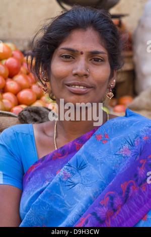 Asien, Indien, Karnataka, Mysore, Devaraja Markt, Porträt einer indischen Frau - Stockfoto