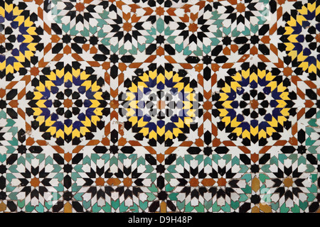 Typische Mosaik-Muster von einem marokkanischen Brunnen - Stockfoto