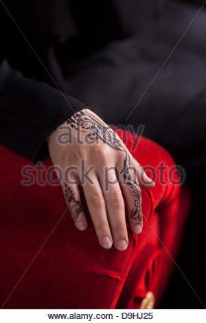 Muslimische Frau Burka mit Heena Tattoo auf ihren Händen tragen - Stockfoto