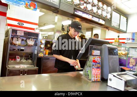 Nevada Las Vegas Sahara Avenue McDonald's Fast-Food Restaurant Mitarbeiter Job hinter der Theke Kasse zählen Geld - Stockfoto