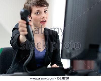 Geschäftsfrau sucht mit Überlastung der Arbeit gestresst - Stockfoto