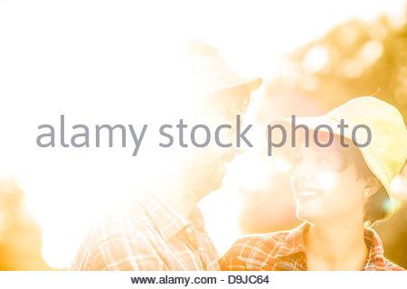 Junges Paar romancing in einem Garten - Stockfoto