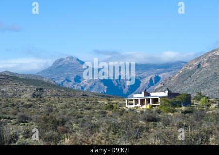 Karoo-Vegetation, Berge und Haus, Prinz Albert, Western Cape, Südafrika - Stockfoto