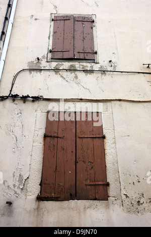 alte fensterl den aus holz auf stein fenster gelb gestrichene w nde rustico italiens stockfoto. Black Bedroom Furniture Sets. Home Design Ideas