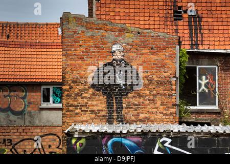 Graffiti und Street Art an der Fassade der verlassenen Häuser in Doel Dorf. - Stockfoto
