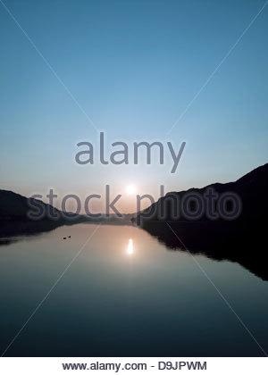 Altrosa Sonnenuntergang über einem See Ullswater, Lake District, Großbritannien - Stockfoto
