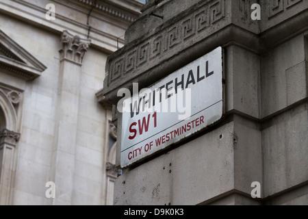 Whitehall Straßenschild hoch an Wand in der Nähe von Downing Street, Westminster, London, UK - Stockfoto