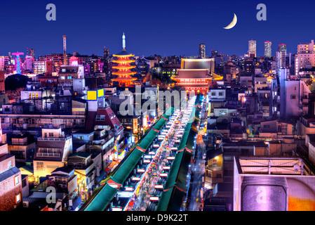 Skyline von Stadtteil Asakusa in Tokyo, Japan mit berühmten Tempeln. - Stockfoto