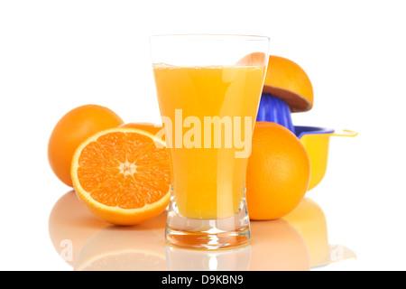 Glas mit Orangensaft, Orangen und Entsafter, Glas mit Orangensaft, Orangen und Entsafter - Stockfoto