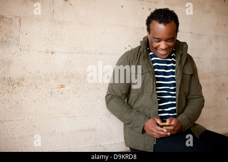 Mann posiert mit charismatischen Lächeln und Aussehen des Glücks - Stockfoto