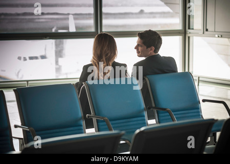 Geschäftsleute in Flughafen-Abflug-Lounge wartet Stockfoto