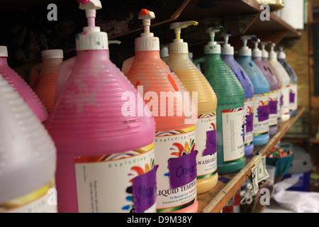 Flaschen-Pumpen malen Farben Multi-Regenbogen-Reihe - Stockfoto