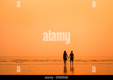 Sonnenuntergang Silhouetten der liebende Paar am Strand - Stockfoto