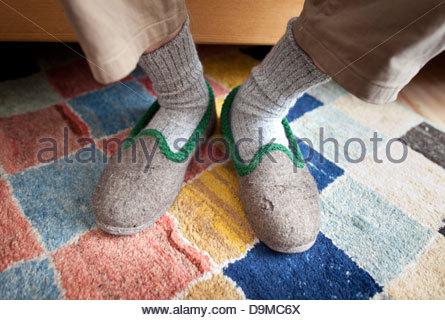 Senior kranker Mann tragen Schuh - Stockfoto
