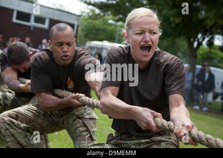 Frauen British Military Fitness, Grimasse Tauziehen Team in Preston, Großbritannien, 22. Juni 2013. 103 (Freiwillige) - Stockfoto