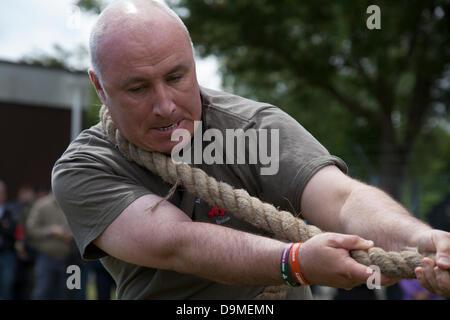 British Military Fitness, Tauziehen Team in Preston, Großbritannien, 22. Juni 2013. 103 (Freiwillige) Lancashire - Stockfoto