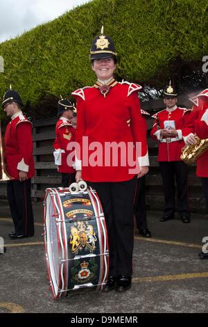 Preston, UK, 22. Juni 2013. Regelmäßige Devon Rae, 22 eine weibliche Drummer in der Band von des Königs Division - Stockfoto