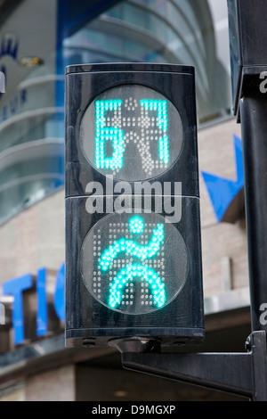 grüne gehen Fußgängerüberweg Ampel Countdown Uhr Kreuzung Straße in Andorra la Vella andorra - Stockfoto