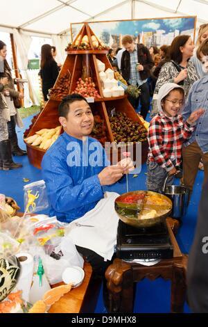London, UK. 22. Juni 2013. Geschmack von London 2013, ein Thai Koch schafft Animal-förmige Süßwaren auf dem Display - Stockfoto