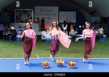 London, UK. 22. Juni 2013. Geschmack von London 2013, Thai Tänzer auf dem Display Taste of Thailand. Die Veranstaltung - Stockfoto