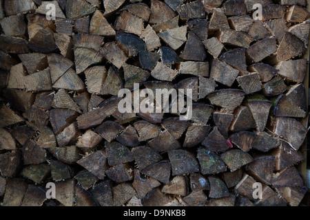 Protokolle für Kleinholz aufgespaltet gestapelt in einem Holzstapel - Stockfoto