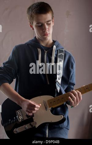 15 Jahre alten Teenager-Leadgitarre spielt eine Fender Telecaster e-Gitarre spielt eine Solo während eines Songs - Stockfoto