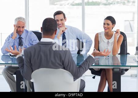 Mann bei einem Vorstellungsgespräch gestikulieren - Stockfoto