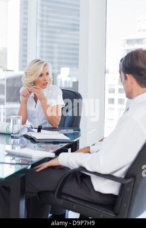 Geschäftsfrau, die Kollegen hören konzentriert - Stockfoto