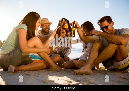 Freunde feiern am Strand - Stockfoto